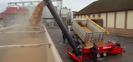 Mobile hopper for grain loading